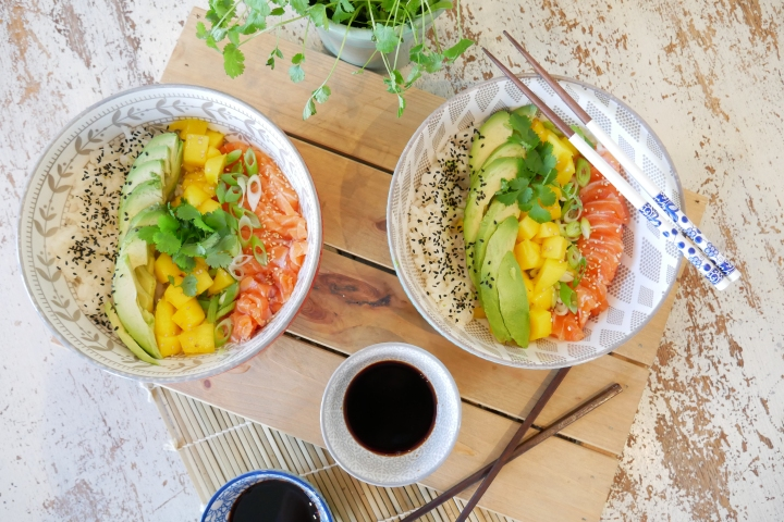 Poke bowl au saumon, avocat et mangue