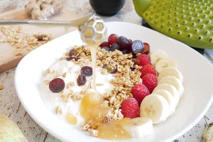 Yaourt aux fruits, granola auquinoa