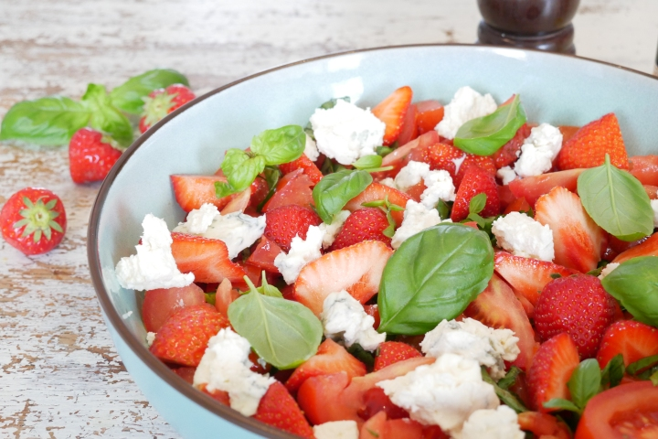 Salade de tomates, fraises etgorgonzola