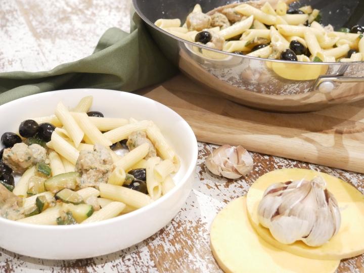 Pennes courgette, ail, olives etsaucisse